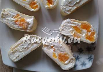 Sýrová roláda s česnekovou náplní a mandarinkami